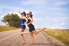 Photo de 2 assez femelles ayant la détente d'amusement Image libre de droits