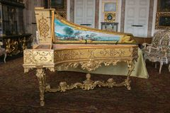 Photo de beau vieux clavecin dans le palais de Borromean, Isola Bella Images stock