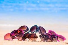 Photo de beaucoup de lunettes de soleil se trouvant sur la plage tropicale Photographie stock