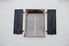 Photo de belle fenêtre fraîche sur un de bâtiments Image stock