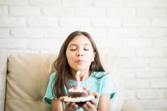 Photo de belle fille de 10 ans avec le gâteau Images libres de droits