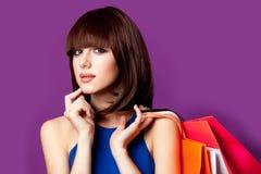 Photo de belle jeune femme avec les paniers colorés sur le Th Images stock