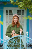 Photo de belle jeune femme tenant la porte proche Images stock