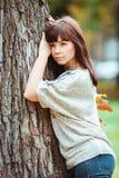 Photo de belle jolie femme de brune en parc photos stock
