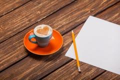Photo de belle tasse bleue de café et de feuille de papier avec du pe Photo stock