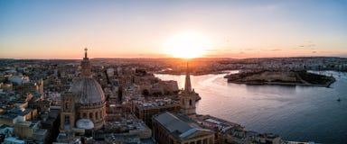 Photo de bourdon - coucher du soleil au-dessus de La Valette Malte photographie stock