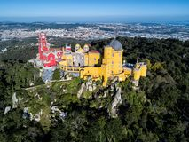 Photo de bourdon - le château du amarre et du palais de ressortissant de Sintra Sintra, Portugal photo stock