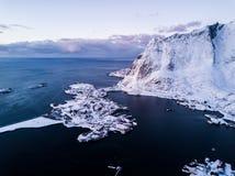 Photo de bourdon - lever de soleil au-dessus des montagnes des îles de Lofoten Reine, Norvège image stock