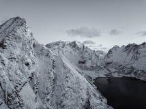 Photo de bourdon - lever de soleil au-dessus des montagnes des îles de Lofoten Reine, Norvège photographie stock