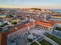 Photo de bourdon - lever de soleil au-dessus du secteur d'Alfama de Lisbonne, Portugal image stock