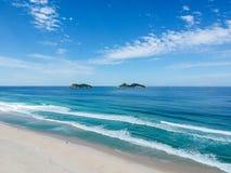 Photo de bourdon de plage de Barra da Tijuca, d'Ilhas Tijucas et de Cagarras à l'arrière-plan, Rio de Janeiro Image libre de droits