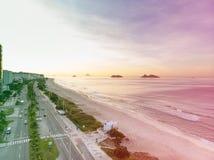 Photo de bourdon de plage et de promenade de Barra da Tijuca, Ilhas Tijucas et Cagarras à l'arrière-plan, Rio de Janeiro Photographie stock