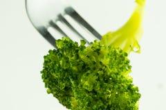 Photo de brocoli sur une fourchette sur un fond blanc Photos stock