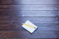 Photo de cahier ouvert et crayon sur le woode brun merveilleux Photos stock