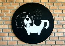 Photo de chien de logo de tasse de café à bord Photos libres de droits