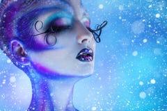 Photo de chute de neige de femme de beauté avec les yeux fermés et de corps créatif images libres de droits