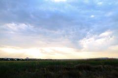 Photo de ciel bleu et de nuages au-dessus de champ large dehors dans le backgro Image stock