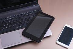 Photo de clavier avec un téléphone et un comprimé se trouvant au-dessus de lui images stock
