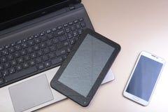 Photo de clavier avec un téléphone et un comprimé se trouvant au-dessus de lui photos libres de droits