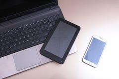 Photo de clavier avec un téléphone et un comprimé se trouvant au-dessus de lui image libre de droits