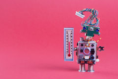 Photo de concept de prévision météorologique Météorologues de robot avec le thermomètre montrant la température ambiante de confo Photos stock
