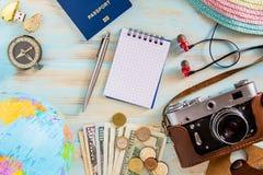 Photo de concept de voyage sur le priparation en bois bleu de fond pour le déplacement photographie stock