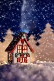 Photo de conte de fées de Noël d'une maison d'hiver Photographie stock