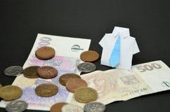 Photo de costume d'origami de busineess avec des pièces de monnaie et des billets de banque Images stock