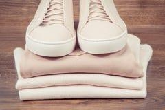 Photo de cru, chaussures en cuir roses féminines et habillement photographie stock libre de droits