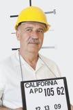 Photo de détenu du constructeur masculin supérieur regardant loin Images stock