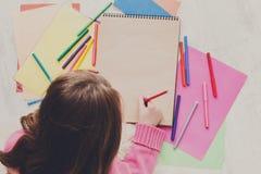 Photo de dessin de fille avec les crayons colorés et Photographie stock libre de droits