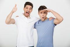 Photo de deux amis masculins 30s utilisant le T-shirt et les jeans occasionnels h Image libre de droits