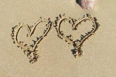 Photo de deux coeurs sur le sable Photos stock