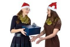 Photo de deux femmes avec le cadeau Photographie stock libre de droits