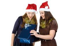 Photo de deux femmes avec le cadeau Image libre de droits