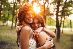 Photo de deux filles hippies caucasiennes, souriant et étreignant chaque ot photo libre de droits