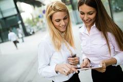 Photo de deux jeunes belles femmes comme associés Image libre de droits