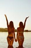 Photo de deux meilleures amies sexy dans le bikini Photographie stock