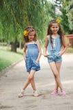 Photo de deux petites filles en parc d'été photos stock