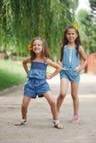 Photo de deux petites filles en parc d'?t? photos libres de droits