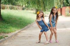 Photo de deux petites filles en parc d'?t? photos stock