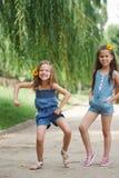 Photo de deux petites filles en parc d'?t? images stock