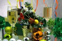 Photo de deux verres de champagner sur la table en verre avec le fond de bokeh photo libre de droits
