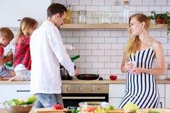 Photo de famille avec le fils et la fille dans la cuisine Images stock