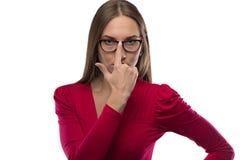 Photo de femme d'affaires avec des verres dans la chemise rouge Images stock