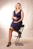 Photo de femme enceinte dans une robe bleu-foncé Image stock