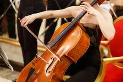 Photo de femme jouant le violoncelle photo stock