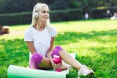 Photo de femme sportive dans des écouteurs sur la couverture Image stock