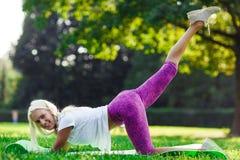 Photo de femme de sports occupée dans la forme physique Image stock