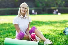 Photo de fille de sports dans des écouteurs Photo libre de droits